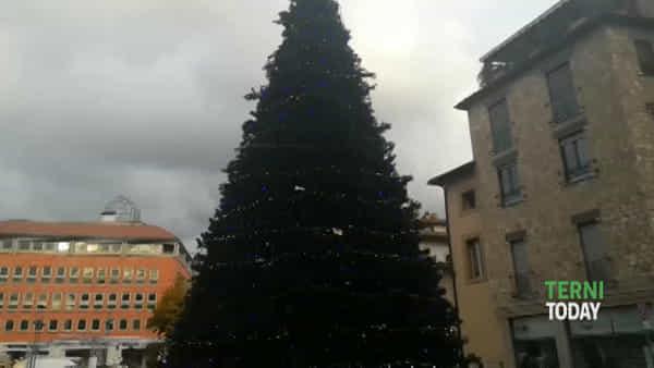 A Terni è già arrivato il Natale, acceso l'albero in piazza Europa