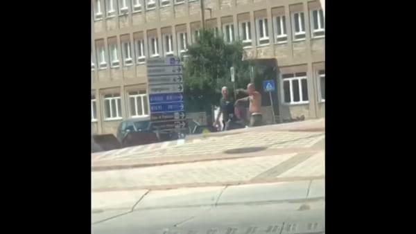 Terrore al centro di Terni, il video della colluttazione tra l'agente ed il giovane