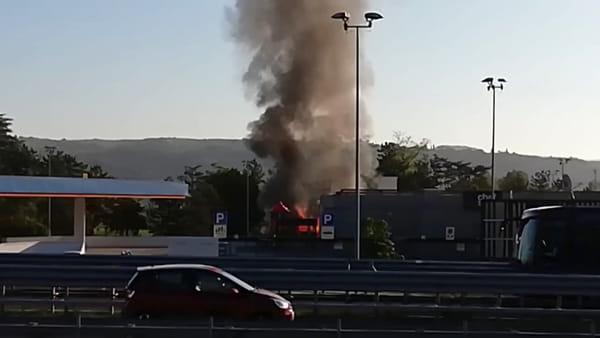 Fiamme sull'autostrada, il video dell'incendio al tir carico di rotoli di carta