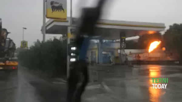 """Fiamme nel distributore di benzina a Maratta, decine di chiamate ai vigili fuoco: """"Tutto sotto controllo"""""""