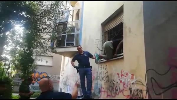 Degrado in città, blitz della polizia all'ex Dicat: in corso lo sgombero dello stabile